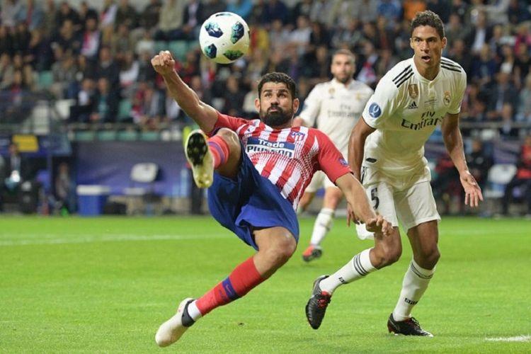 Diego Costa melakukan tendangan salto sementara Raphael Varane hanya bisa mengamati saat Real Madrid berjumpa Atletico Madrid pada final Piala Super Eropa di Stadion Lillekula, 15 Agustus 2018.