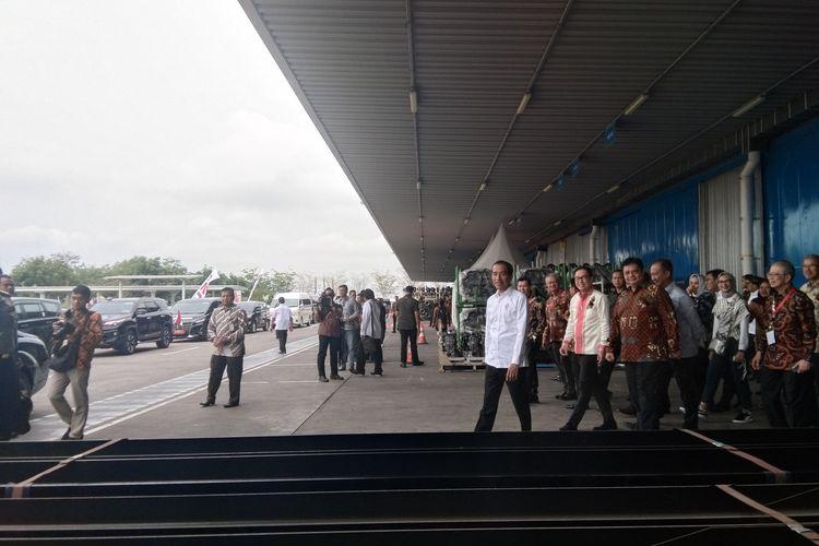 Presiden Jokowi didampingi Menteri Perindustrian Airlangga Hartanto usai meresmikan ekspor perdana Izuzu Trada di PT IAMI, Kawasan Indistri Surya Cipta, Karawang, Kamis (12/12/2019).
