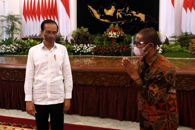 Presiden Joko Widodo bertemu peternak ayam asal Blitar, Suroto, di Istana Negara, Jakarta, Rabu (15/9/2021)..
