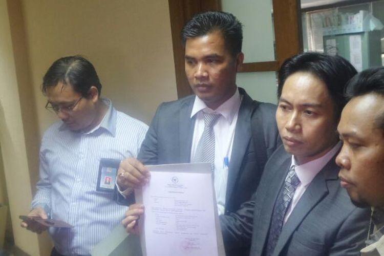 Kuasa Hukum Anggota DPD dari Yogyakarta, Muhammad Afnan, TOny, seusai melaporkan dua anggota DPD RI Benny Rhamdani dan Delis Julkarson Hehi ke Badan Kehormatan DPD, Senin (10/4/2017).