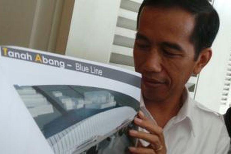 Gubernur Jakarta Joko Widodo menunjukkan desain monorel kepada wartawan di Balaikota Jakarta, Selasa (26/11/2013).