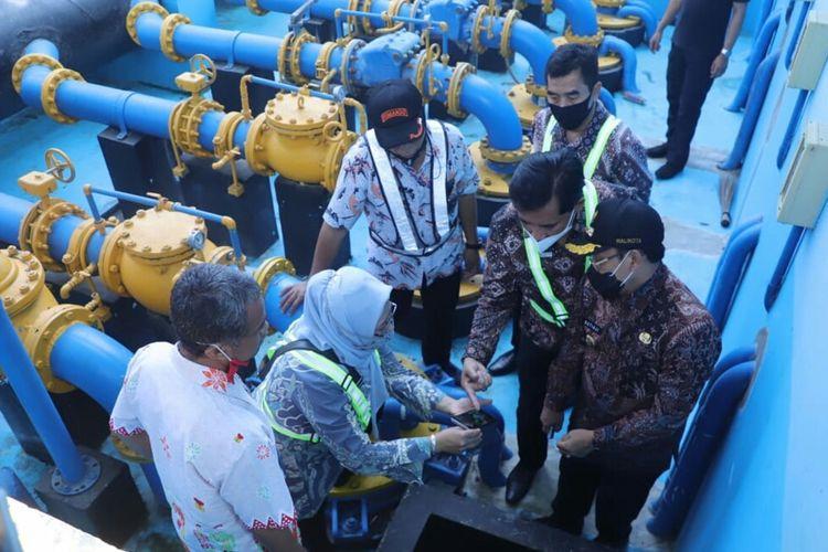 Wali Kota Malang, Sutiaji (kanan) saat meninjau pompa air Sumber Wendit milik PDAM Kota Malang, Jumat (13/11/2020).
