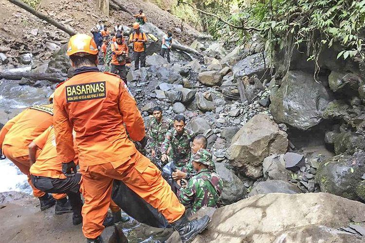 Sejumlah tim SAR gabungan mengangkat jenazah wisatawan yang tertimpa longsoran batu saat terjadi gempa di air terjun Tiu Kelep, Desa Senaru, Kecamatan Bayan, Lombok Utara, NTB, Senin (18/3/2019). Tim SAR gabungan yang terdiri dari Basarnas, TNI, Polisi dan ACT berhasil mengevakuasi jenazah wisatawan asal Malaysia yang tertimpa longsoran batu saat terjadi gempa bumi pada Minggu (17/3/2019).