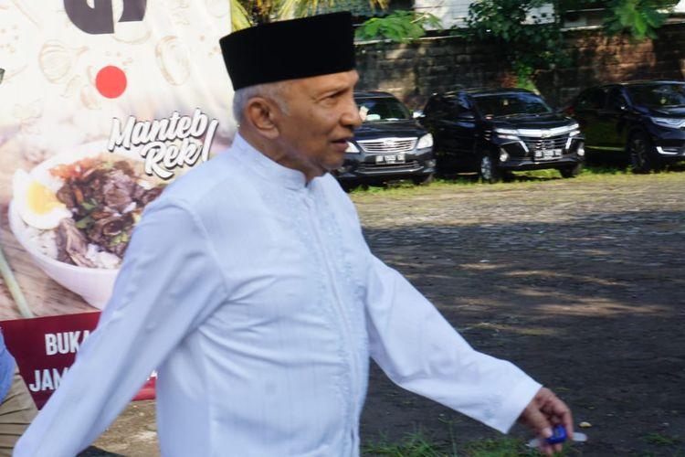 Sekitar pukul 07.30, Ketua Dewan Kehormatan PAN Amien Rais terlihat mulai datang ke TPS 123, di Kecamatan Depok, Daerah Istimewa Yogyakarta, Rabu (17/4/2019). Ia tiba dengan berjalan kaki dari rumahnya.