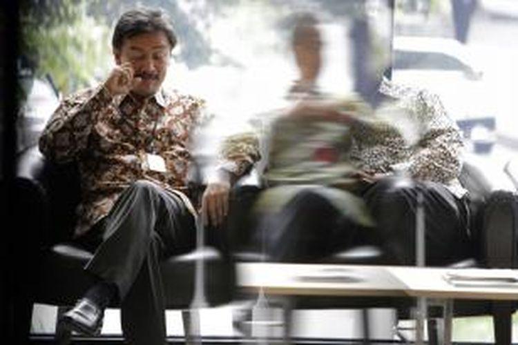 Mantan Menteri Pemuda dan Olahraga, Andi Mallarangeng tiba untuk menjalanani pemeriksaan di Gedung Komisi Pemberantasan Korupsi (KPK), Kuningan, Jakarta Selatan, Jumat (1/11/2013). Dirinya diperiksa sebagai saksi dari kasus Hambalang untuk tersangka Deddy Kusdinar, Kepala Biro Keungan dan Rumah Tangga Kemenpora.