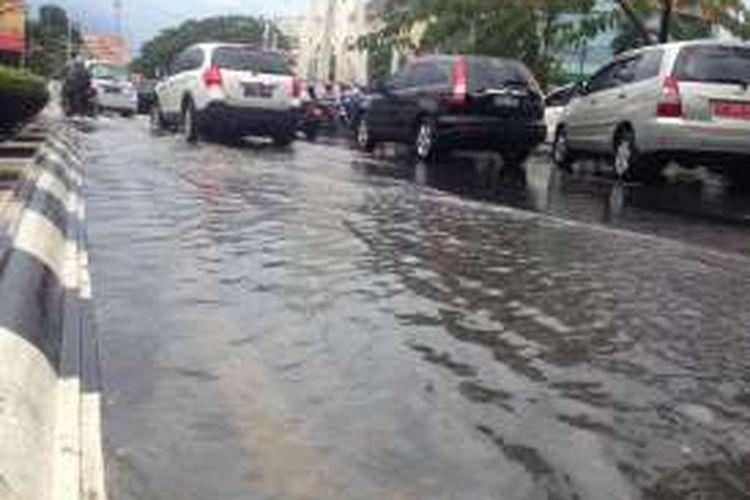 Genangan air di Jalan Pahlawan Semarang akibat hujan dengan intensitas lebat, Selasa (15/11/2016).