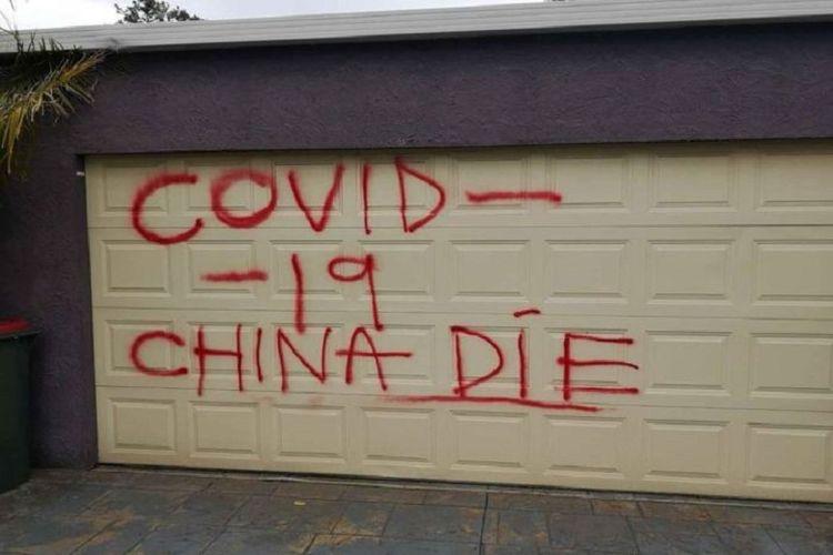 Coretan bernada rasis di pintu garasi sebuah rumah warga keturunan China yang tinggal di Melbourne.