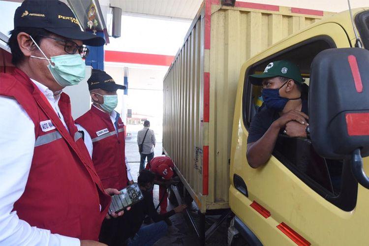 Komisaris Pertamina Condro Kirono bersama dan Direktur Pemasaran Retail Pertamina Mas?ud Khamid sapa pelanggan setia.
