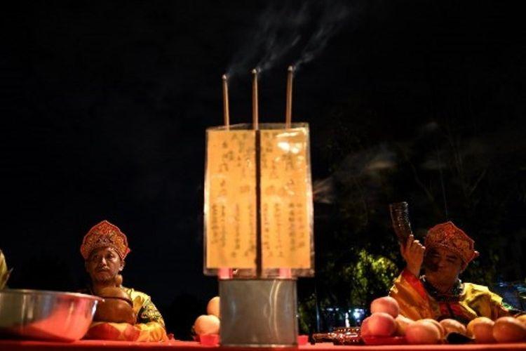 Biksu Tao berdoa dalam sebuah ritual upacara di Kuala Lumpur, Malaysia, 12 September 2017.