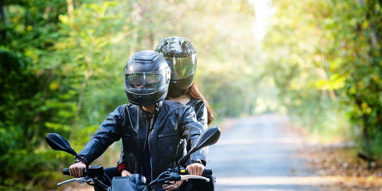 Ilustrasi pasangan berkendara sepeda motor