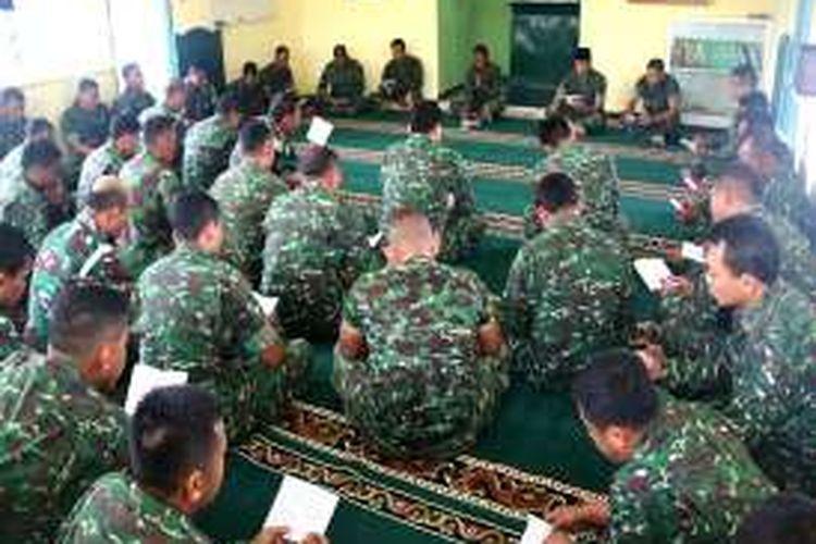 Prajurit TNI di Makodim Nagan Raya, Kodam Iskandar Muda, Aceh, Senin 921/3/2016), menggelar doa bersama di mushala setempat bagi para prajurit TNI yang menjadi korban dalam kecelakaan jatuhnya helikopter di Poso, Sulawesi Tengah, kemarin.
