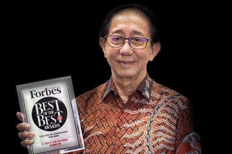 Direktur Sido Muncul Irwan Hidayat saat meneri penghargaan Best of The Best dari Forbes