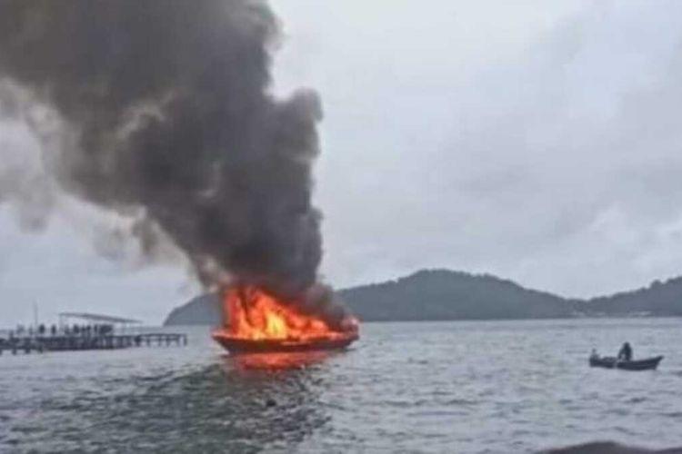 Kapal pengangkut BBM yang sedang membawa 20 drum minyak tanah terbakar di peraiaran Banda, Maluku Tengah, Kamis (26/8/2021)