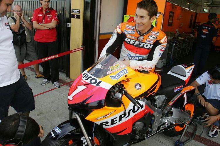 Pebalab Repsol Honda asal Amerika Serikat, Nicky Hayden, berbicara dengan mekanik di pit saat tes di Sirkuit Ricardo Tormo, Valencia, 1 November 2006.