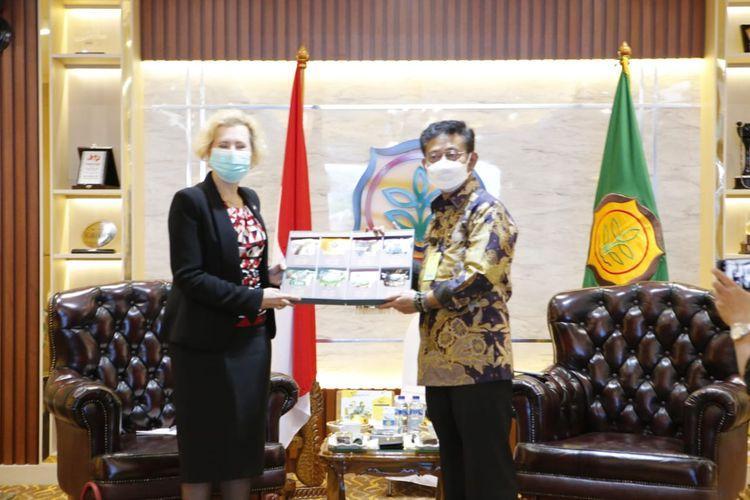 Menteri Pertanian Syahrul Yasin Limpo dan Duta Besar Rusia YM Lyudmila Georgievna Vorobieva susun MOU kerja sama bidang pertanian.