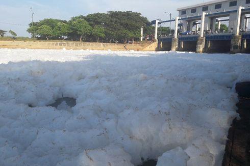 Anies Sebut Lautan Busa di KBT Marunda karena Limbah Deterjen