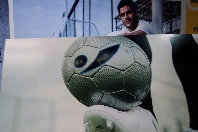 Bola dan sepatu sepak bola Concave. Mulai akhir 2018, Concave internasional bekerja sama dengan pesepak bola, Hulk,  asal klub Liga Super China, Shanghai SIPG.