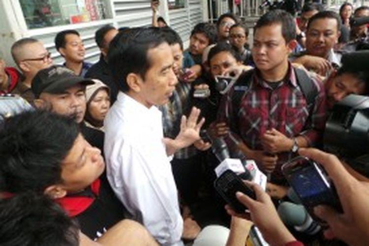 Gubernur DKI Jakarta Joko Widodo jalan-jalan bersama warga difabel menggunakan bus transjakarta, Kamis (4/7/2013).
