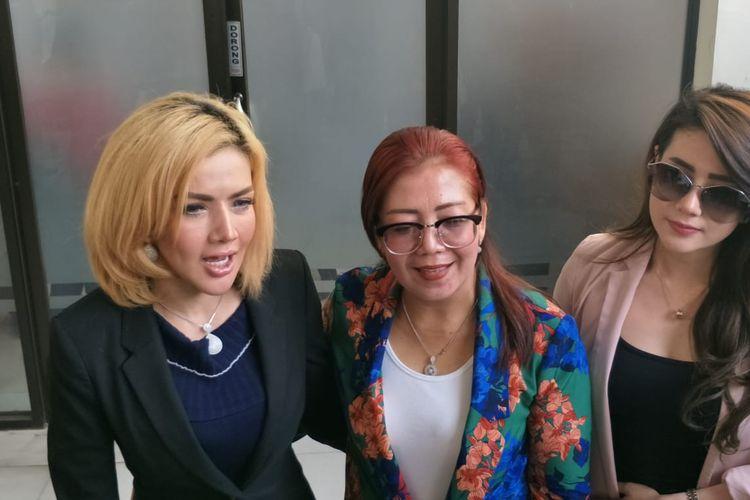 Barbie Kumalasari, Ibunda Kriss Hatta Tutty Suratinah, dan kekasih Kriss Rachel di Pengadilan Negeri Jakarta Selatan, Ampera, Selasa (5/11/2019).