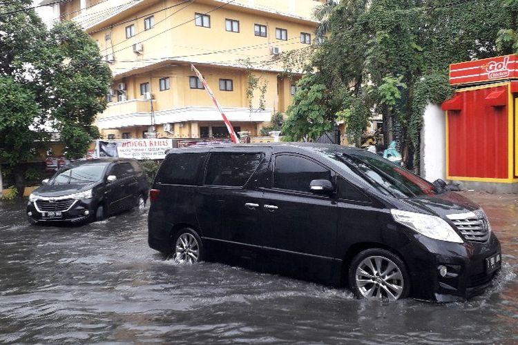 Genangan akibat curah hujan tinggi di Jalan Bambu Larangan, Kalideres, Jakarta Barat pada Jumat (25/1/2019).