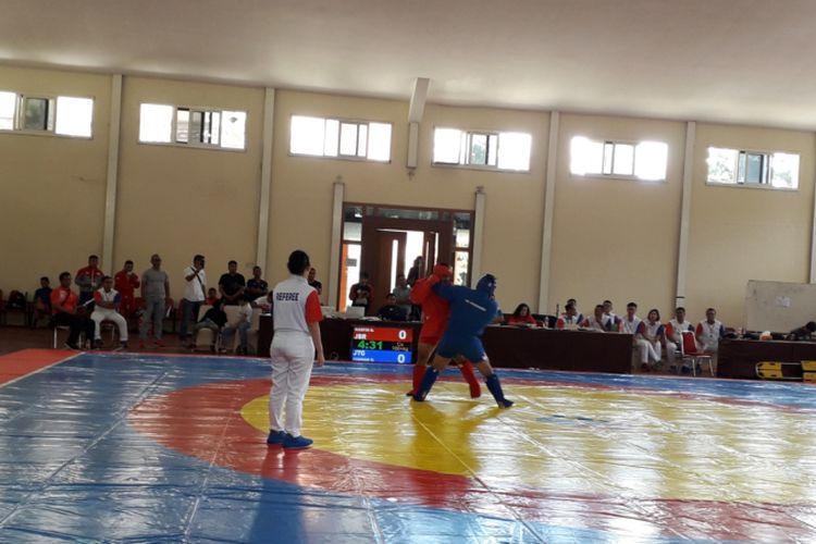 Salah satu laga yang dipertandingkan dalam kejuaraan nasional Sambo 2019 di Ciloto, Cianjur, Sabtu (25/1/2019). Berlangsung selama sehari penuh, kejuaraan nasional bela diri yang relatif baru hadir di Indonesia ini diikuti 64 atlet dari 12 provinsi.