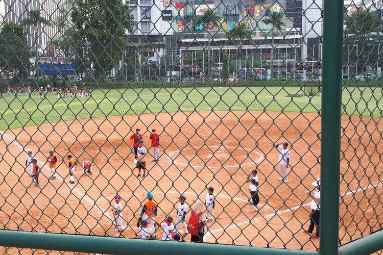 Anak-anak di bawah usia 8 tahun diajak terlibat dalam pertandingan softball dalam kegiatan Sys NS Memorial Cup 2019, di Lapangan Softball, GBK, Senayan, Sabtu (9/11/2019).