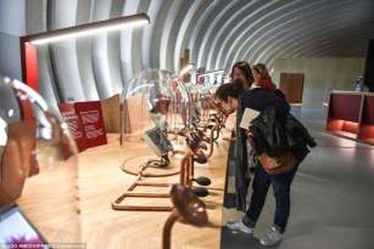 Pengunjung mencoba beragam aroma, salah satu elemen dari wine di La Cité du Vin
