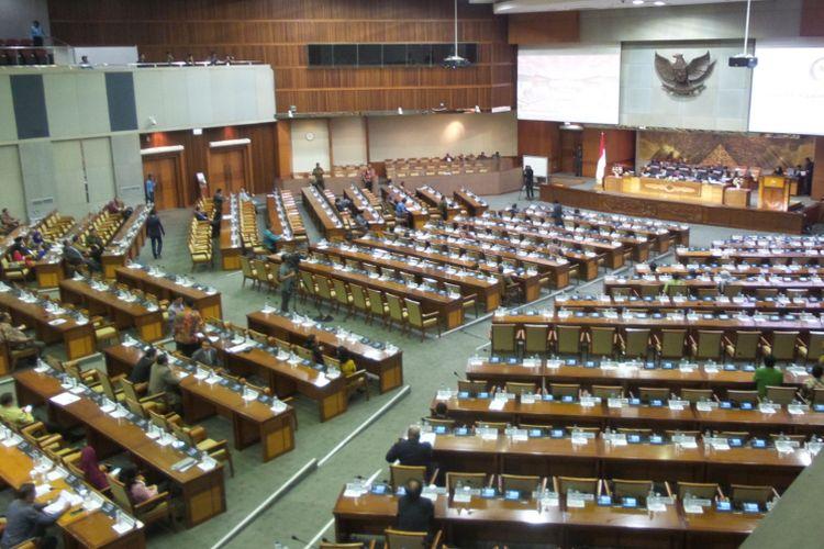 Suasana rapat paripurna pengambilan keputusan atas usulan hak angket yang ditujukan Komisi III DPR kepada Komisi Pemberantasan Korupsi, Jumat (28/4/2017). Usulan hak angket tersebut disetujui dalam paripurna tersebut, meski sejumlah fraksi menolaknya.
