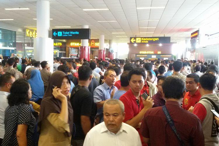 Pihak keluarga dari penumpang pesawat Lion Air JT 610 memadati pintu kedatangan Bandara Depati Amir, Pangkal Pinang.