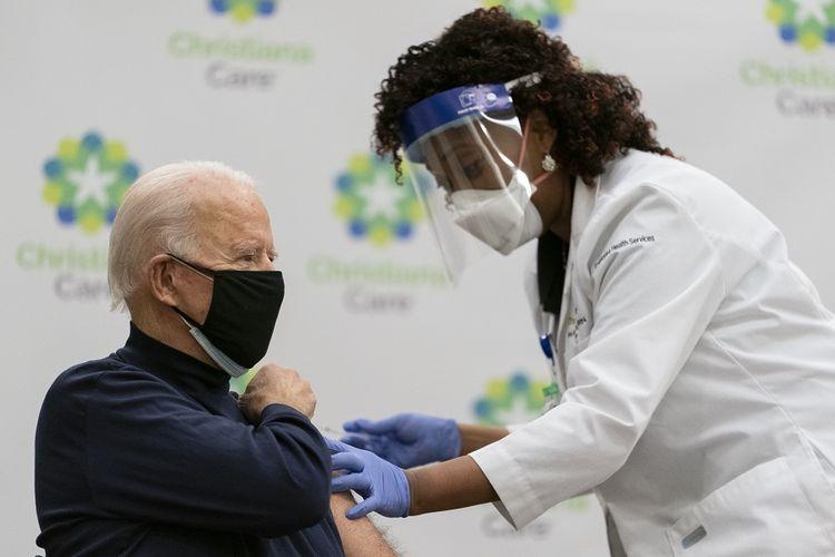 Presiden terpilih Amerika Serikat (AS) Joe Biden menerima dosis pertama vaksin virus corona di Rumah Sakit ChristianaCare, Delaware, yang disiarkan langsung lewat televisi pada Senin (21/12/2020).