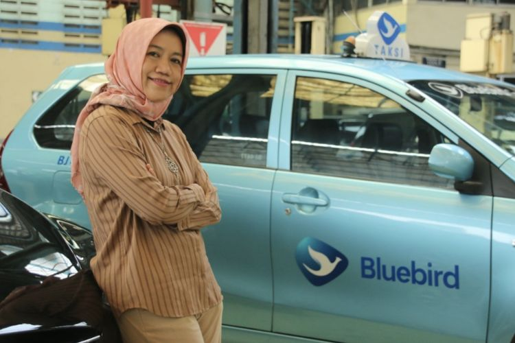 Vice President Teknik PT Blue Bird Tbk, Bintarti A. Yulianto. Bintarti bertanggung jawab memastikan kesiapan armada mulai dari pengecatan sesuai identitas perusahaan, pemasangan atribut, hingga sistem service/maintenance.