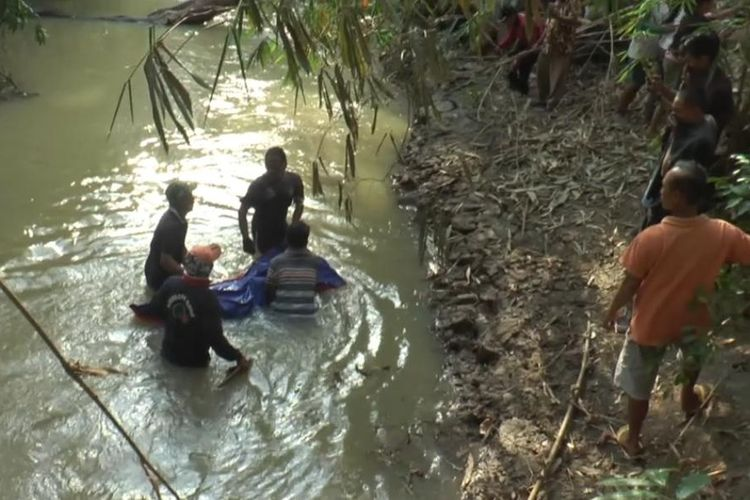 Jasad Sukiro saat dievakuasi dari sungai, Minggu (3/11/2019). Sukirno dan rekannya Nursodik diduga tewas setelah diracun oleh pelaku berinisial M. (Foto: Humas Polres Lampung Tengah)