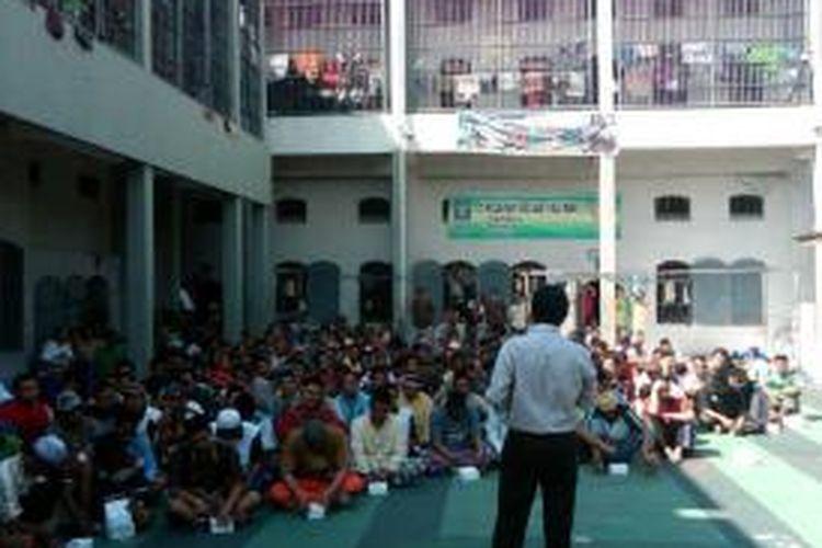 Para penghuni Lembaga Pemasyarakatan Mojokerto, Jawa Timur, mengikuti sosialisasi Pemilihan Gubernur Jatim dari KPU Kota Mojokerto, Selasa (20/8/2013).