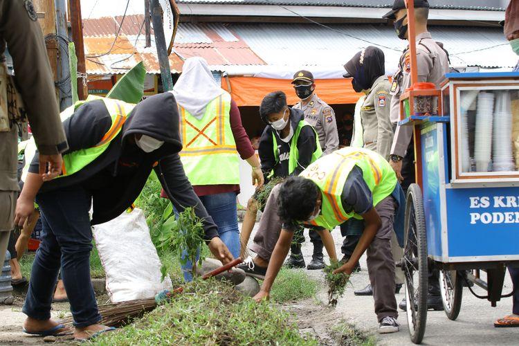 Warga Kota Padang kerja sosial karena tak menggunakan masker
