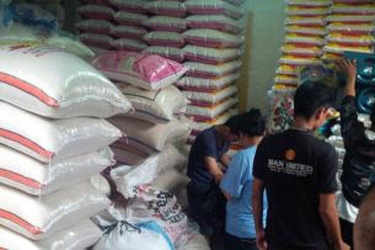 Suasana toko beras yang disidak Polsek Bantargebang dan Dinas Perindustrian dan Perdagangan Kota Bekasi terkait beras sintetis, Selasa (19/5/2015).