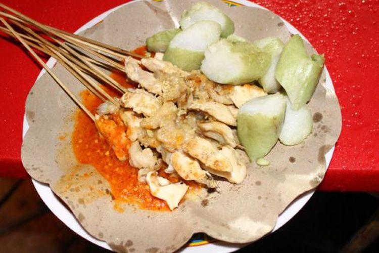 Sate Taichan merupakan daging ayam yang putih ditusuk dan dibakar, lalu dilumuri bumbu khas taichan yang bercitarasa asam, asin, dan pedas.