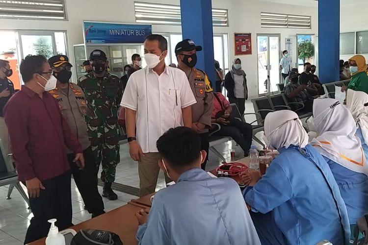 PANTAU?Bupati Wonogiri, Joko Sutopo (baju putih) memantau jalannya vaksinasi Covid-19 di Terminal Giri Adipura Wonogiri beberapa waktu lalu.