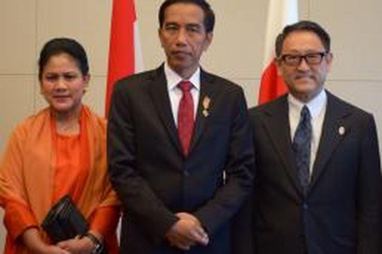 Presiden Jokowi dan Ibu Negara Iriana berfoto bersama Presiden Toyota, Akio Toyoda, Rabu (25/3/2015)