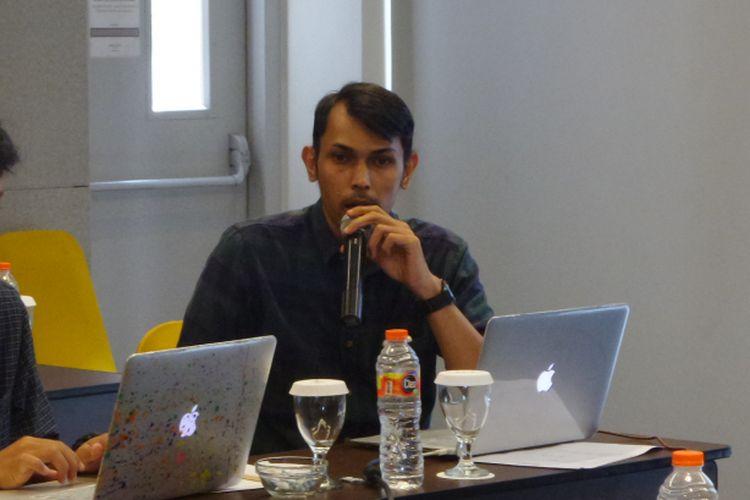 Kepala Divisi Pembelaan HAM Komisi untuk Orang Hilang dan Korban Tindak Kekerasan (Kontras) Arif Nur Fikri saat menyampaikan laporan Kontras mengenai Hari Anti Penyiksaan Sedunia 2017 di kawasan Cikini, Jakarta Pusat, Jumat (13/10/2017).