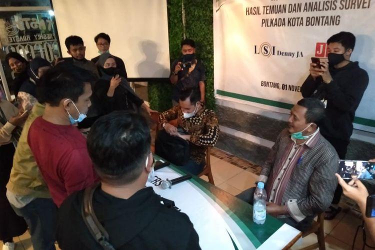 Bawaslu Kota Bontang saat menghentikan rilis hasil survei Pilkada Bontang yang digelar LSI Denny JA di Cafe Teras Kuala, Kota Bontang, Kalimantan Timur, Minggu (1/11/2020).