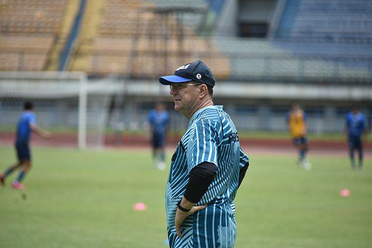 Pelatih Persib Bandung, Robert Rene Alberts, memantau sesi latihan timnya di Stadion Gelora Bandung Lautan Api (GBLA), Rabu (07/04/2021).