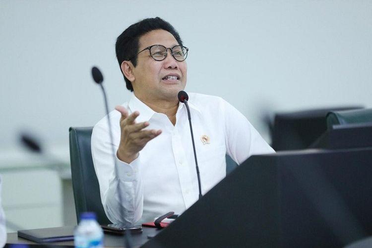 Mendes PDTT Abdul Halim Iskandar saat berkomunikasi telekonferensi bersama Bupati Majalengka dan sejumlah Kepala Desa (Kades) yang ada di Majalengka di Ruang Kendali, Kantor Kemendes PDTT, Senin (9/3/2020).