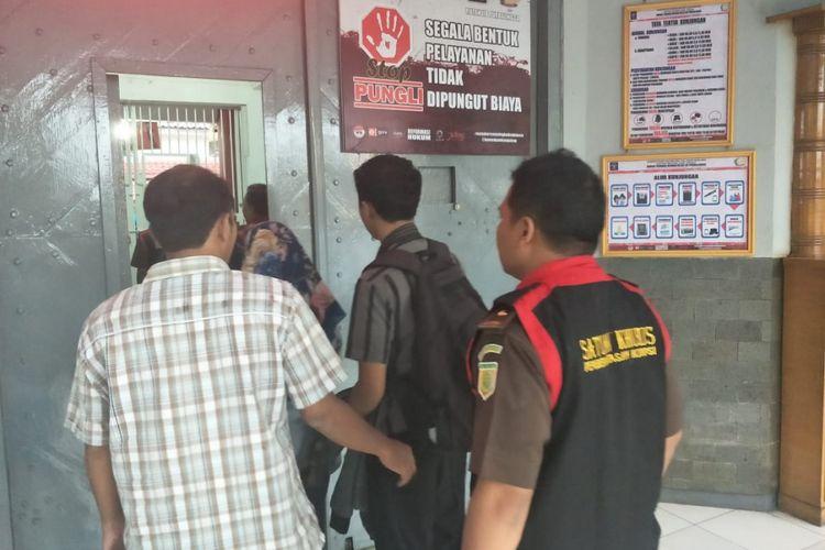 Petugas dari Kejaksaan Negeri Purbalingga menahan tersangka rasuah dalam tubuh dua perusahaan daerah di Kabupaten Purbalingga, Jawa Tengah.