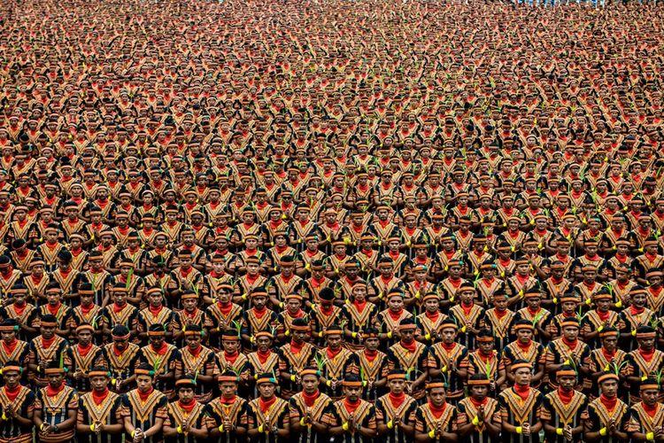 Ribuan penari tampil pada geladi resik pagelaran tari tradisional Saman massal di Stadion Seribu Bukit, Blang Kejeren, Gayo Lues, Aceh, Sabtu (12/8/2017). Pagelaran Tari Saman itu memecahkan rekor dunia dari Museum Rekor Indonesia ( MURI) dengan jumlah penari terbanyak di dunia, yakni 12.262 orang yang berasal dari berbagai komponen masyarakat.