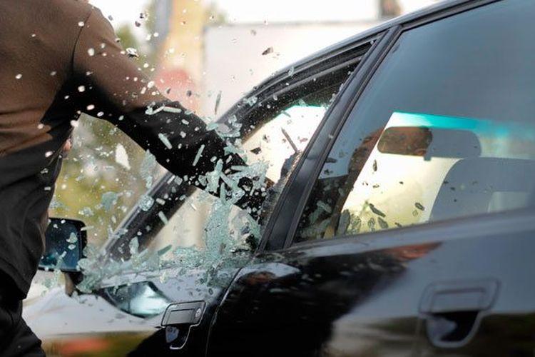 Ilustrasi pencurian begal pecah kaca mobil