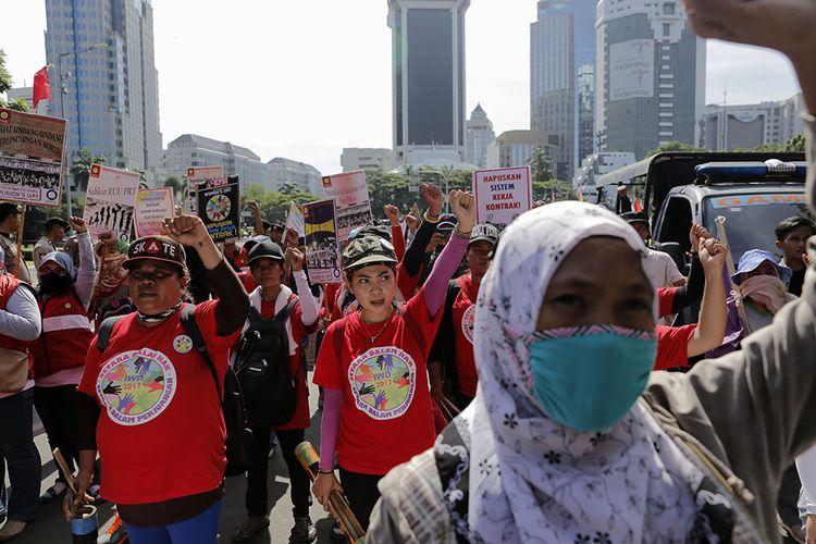 Ratusan buruh perempuan melakukan aksi di Sekitaran Bundaran Patung Kuda, Jakarta, Rabu (8/3/2017). Mereka memperingati Hari Perempuan Internasional dengan menyuarakan hak buruh yang belum terpenuhi.
