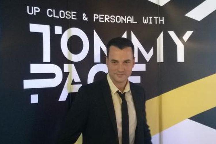 Vokalis AS Tommy Page diabadikan setelah jumpa pers di kawasan Kebun Jeruk, Jakarta Barat, Rabu (27/5/2015), mengenai dua pertunjukannya kali ini di Jakarta, yang berjudul Up Close & Personal with Tommy Page.