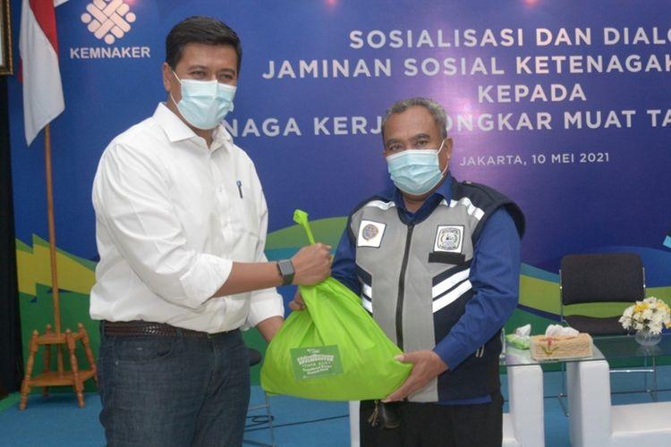 Direktur Utama BPJamsostek Anggoro Eko Cahyo memberikan bantuan paket sembako kepada para TKBM di Pelabuhan Tanjung Priok, Senin (10/5/2021).
