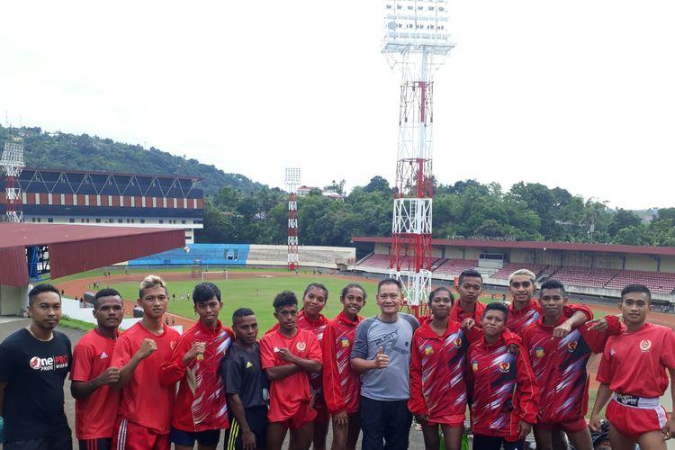 Foto bersama Atlet Muaythai asal Provinisi Papua dengan pelatih usai latihan di Lapangan Mandala Jayapura, Minggu (23/6/2019)