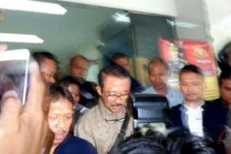 Ary Suta (berkacamata) meninggalkan Gedung Resmob Polda Metro Jaya usai diperiksa terkait kasus Gatot Brajamusti, Rabu (7/9/2016).